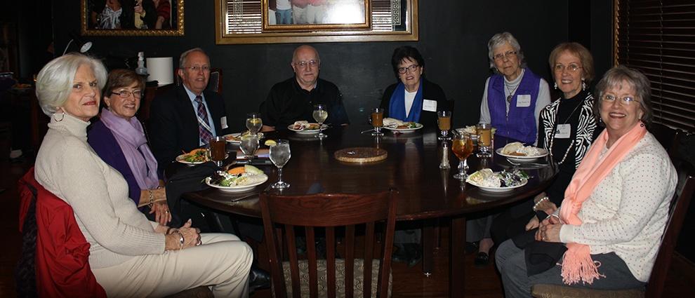 alumni eating dinner